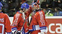 Jakub Nakládal a brankář Jakub Štěpánek se radují z vítězství nad Švédskem na turnaji Karjala.