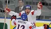 Lukáš Kašpar se raduje s Novotným z gólu proti Kanadě
