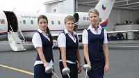 Moderní pětibojařky (zleva) Natálie Dianová, Sylva Černá a Lucie Grolichová si při focení kalendáře Dukly zahrály na letušky.