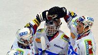 Hokejisté Pardubic se radují s brankářem Dominikem Haškem z výhry nad Spartou.