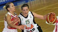 Eva Vítečková z Frisco Sika Brno (vpravo) se snaží prosadit přes Anete Jekabsonovou-Zogotaovou ze Spartaku Moskva.
