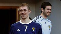 Darren Fletcher (vlevo) představil spolu s brankářem Craigem Gordonem před utkáním s českou reprezentací nové dresy skotského týmu.