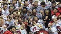 Hokejisté Třince slaví premiérový extraligový titul.