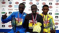 Tři nejrychlejší v Pražském půlmaraónu: uprostřed vítězný Keňan Joel Kimurer, vlevo druhý jeho krajan Wilson Chebet a vpravo třetí Yemane Adhane z Etipopie.