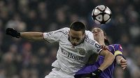 Franck Ribery z Bayernu Mnichov (v bílém) v hlavičkovém souboji s Ricardem Montolivem z Fiorentiny