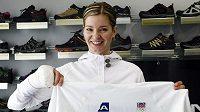 Baketbalistak Eva Vítečková pózuje v oblečení pro olympiádu.