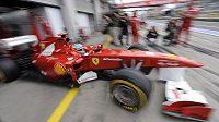 Fernando Alonso vyjíždí se svým ferrari na trať na Nürburgringu.