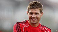 Liverpoolská ikona Steven Gerrard do Prahy k zápasu se Spartou vůbec nepřiletěla.