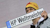Mistr světa formule 1 Sebastian Vettel se speciální SPZ pro světového šampióna.