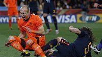 Španěl Puyol fauluje Robbena.