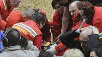 Amreický freestylový motocyklista Scott Murray v péči zdravotníků.