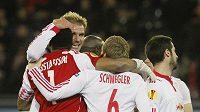 Fotbalisté Salcburku se radují z branky.