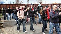 Fanoušci fotbalistů Slavie krátce po svém příjezdu do Ostravy