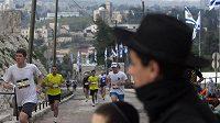 Běžci na trati jeruzalémského maratónu.
