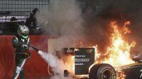 Lotus Fina Heikki Kovalainena na singapurské trati vzplál, pilot si nakonec musel vůz uhasit sám.