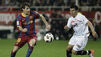 Útočník Barcelony Lionel Messi (vlevo) v souboji o míč s Gary Medelem ze Sevilly.