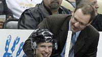 Sidney Crosby s trenérem Pittsburghu Danem Bylsmou. Od 5. ledna se na střídačce nepotkali.