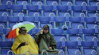 Na diváky Prague Open se téměř celý den snáší déšť.
