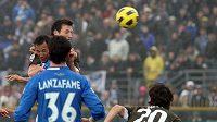 Libor Kozák z Lazia Řím (vpravo) střílí gól do sítě Brescii.