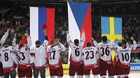Čeští hokejisté se dívají na vlajky tří medailistů z mistrovství světa v Německu.