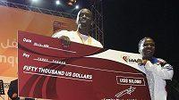 Trojskokan Teddy Tamgho se raduje se svou matkou z šeku na 50 000 dolarů za světový rekord