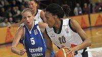 Brněnská basketbalistka DeWanna Bonnerová (vpravo) a hráčka Szegedu Zsuzsanna Horvathová.