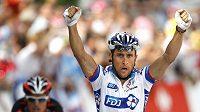 Francouzský cyklista Sandy Casar se raduje z vítězsví v královské deváté etapě Tour de France.