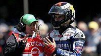 Španělský jezdec Jorge Lorenzo ukazuje lékařce poškozený prsteníček na levé ruce.