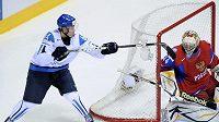 Fin Mikael Granlund parádní fintou překonává ruského brankáře Barulina.