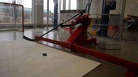 Hokejový robot střílející puky na bránu