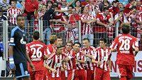 Fotbalisté Bayernu Mnichov se radují z branky do sítě Schalke 04.