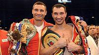 Ukrajinští boxerští šampioni Vladimir (vpravo) a Vitalij Kličkové se pochlubili všemi pásy, jež vlastní.