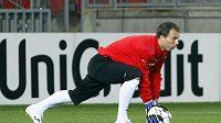 Plzeňský brankář Pavlík se rozcvičuje před tréninkem na zápas s Barcelonou.