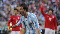 Argentinský útočník Gonzalo Higuaín se raduje z branky do sítě Korejské republiky v utkání MS v Jihoafrické republice.