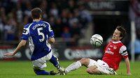 Tomáš Rosický v souboji s Birminghamským Johnsonem ve finále Ligového poháru. Podle anglických médií český fotbalista v zápase zklamal.