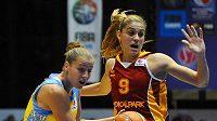 Bahar Caglarová z Galatasaraye (brání) Kateřinu Elhotovou z USK Praha. Ilustrační foto.
