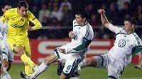 Jan Šimůnek (uprostřed s číslem 6) z Wolfsburgu blokuje střelu.