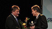 Ivo Kaderka předává Zlatého kanára pro nejlepšího českého tenistu Tomáši Berdychovi.