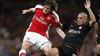 Fotbalista Tomáš Rosický z Arsenalu v souboji o míč s Cristianem Ladesmou z Olympiakosu Pireus v utkání Ligy mistrů