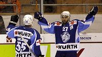 Dennis Kočetkov a Sergej Varlamov z Dynama Minsk se radují z branky do sítě kanadského týmu.