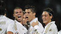 Cristiano Ronaldo (uprostřed) se v Lyonu raduje se spoluhráči z Realu Madrid.