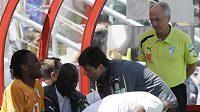 Švédský kouč Pobřeží slonoviny Sven Goran Eriksson sleduje práci masérů při zranění největší hvězdy svého týmu Didiera Drogby.