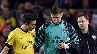 Brankář Arsenalu Wojciech Szczesny (uprostřed). Vlevo jeho spoluhráč Robin van Persie.