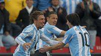 Argentinec Gabriel Heinze (vlevo) se raduje se svým spoluhráčem Lionelem Messim (vpravo) z branky do sítě Nigérie na MS v JAR.