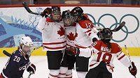 Hokejistky Kanady se radují po jedné z branek do sítě Spojených států amerických ve finále olympijského turnaje ve Vancouveru.