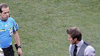 David Beckham ukazuje v osmifinále mistrovství světa rozhodčímu, jak daleko za čarou byl v utkání s Německem míč po Lampardově ráně.
