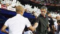 Kouč Realu Madrid José Mourinho (vpravo) si podává ruku s barcelonským trenérem Josepem Guardiolou.