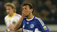 Zklamaný fotbalista Schalke 04 Rafinha po remíze s Leverkusenem