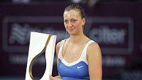 Tenistka Petra Kvitová s trofejí pro vítězku turnaje v Paříži
