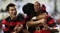 Denilson z týmu Pohang Steelers (vpravo) se raduje z branky.